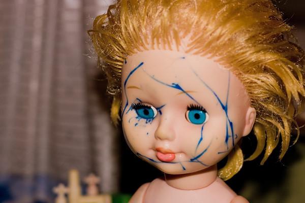 Как очистить резиновую куклу от фломастера