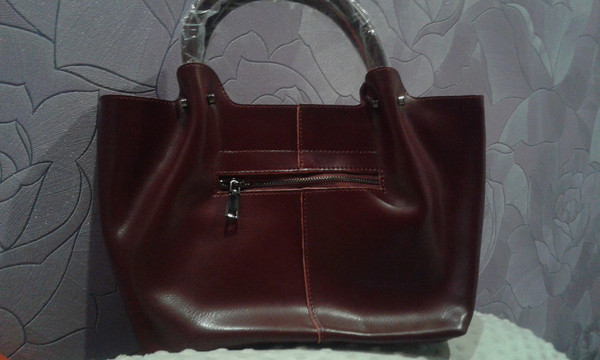 2dbb9d230cc3 Продам женскую кожаную сумку, цвет винно-красный, бордо. Покупала в  интернет-магазине. Размер 40*25*13. Дно на металлических ножках, фурнитура  черненая я ...